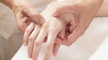 Taller a la gorra Online - Reflexología en manos para aliviar tensiones de espalda alta